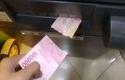 Tarik-uang-di-mesin-ATM-malah-robek.jpg